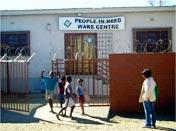 """Před komunitním centrem """"Člověk v tísni"""" v Namíbii"""
